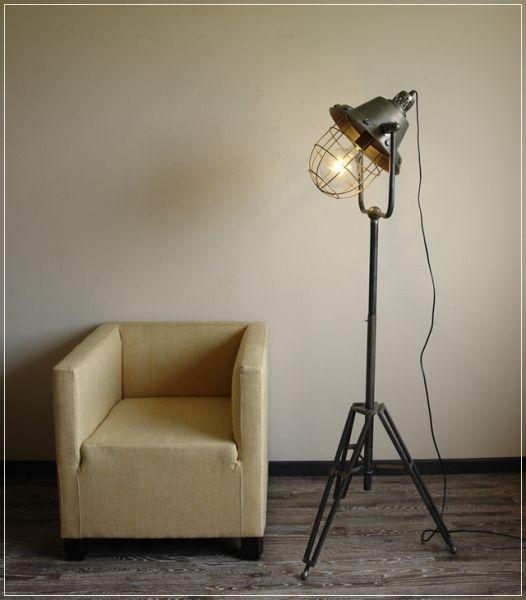 Stehleuchte im Vintage Industrie Design Stativ Metall Grau
