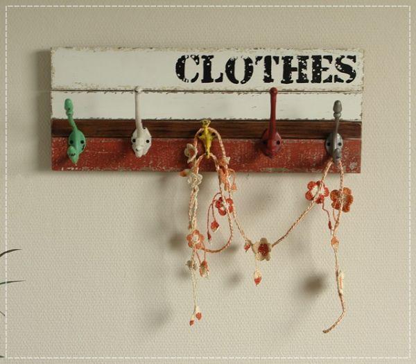 Farbige Garderobe aus Holz mit Schrift und 5 Metallhaken Shabby Chic