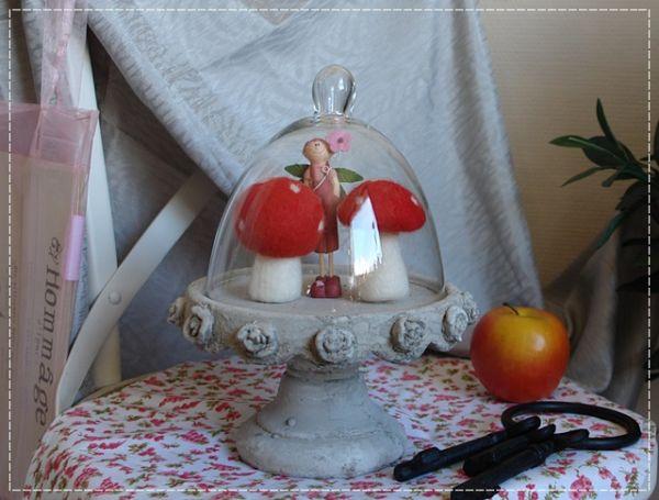 Etagere mit Glashaube Plateau Cloche Stein Grau Rosendekor French Shabby