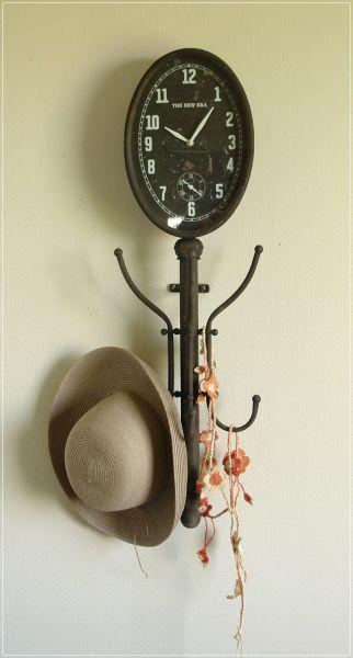 Antik wirkende Wanduhr mit Garderobe aus Metall Wandgarderobe mit Uhr